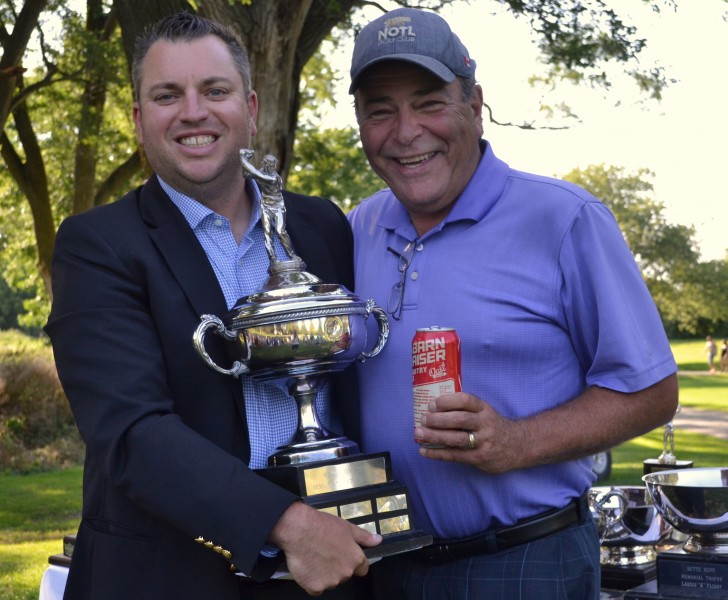 Pro Billy Simkin with men's A flight champ Jim McMacken. (Kevin MacLean/Niagara Now)