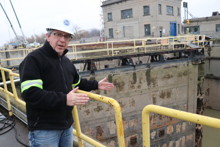 Jim Wheeler explains the draining process of the Welland Canal. (Dariya Baiguzhiyeva/Niagara Now)
