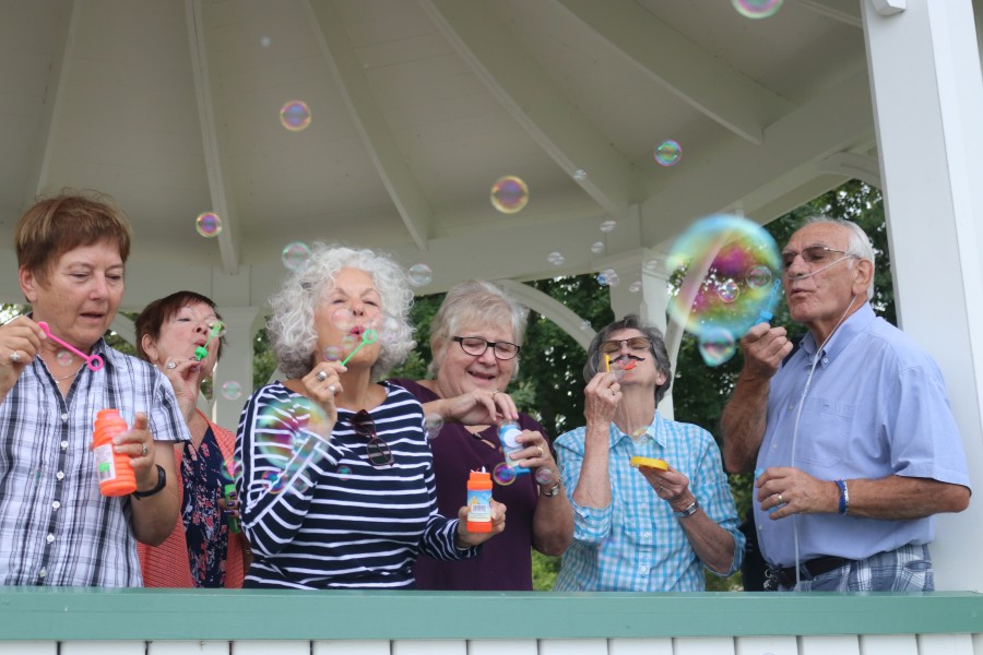 More than a dozen people showed up at Queen's Royal Park early Monday morning to blow bubbles in support of people with pulmonary fibrosis. (Dariya Baiguzhiyeva/Niagara Now)
