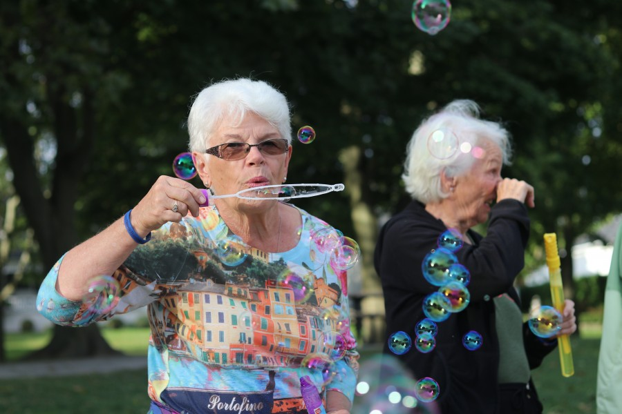 Marlene Bridgman blows bubbles. (Dariya Baiguzhiyeva/Niagara Now)