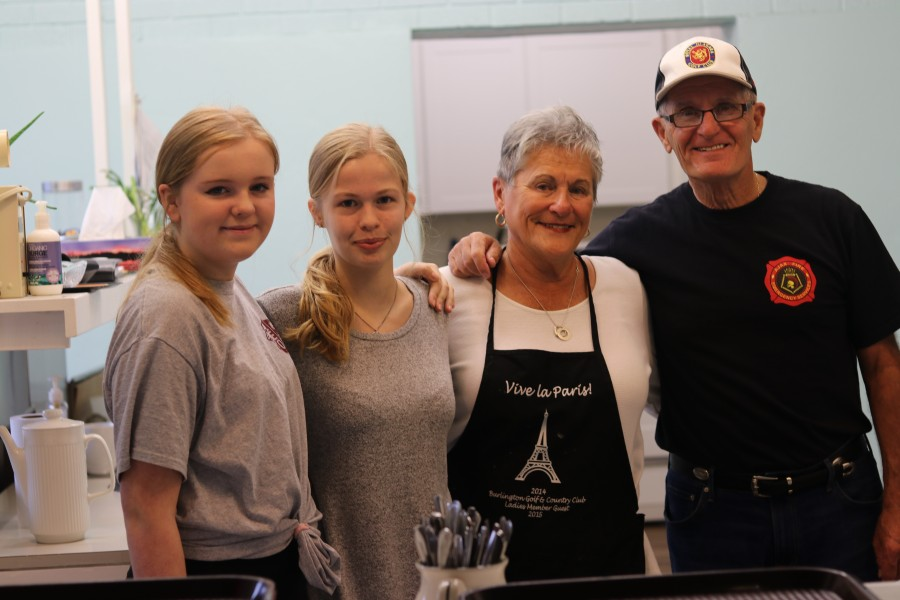 Kennedy Horbach, Michaela Overweg, Judy Kerr and Bob Kerr served soup and sandwich lunch. (Dariya Baiguzhiyeva/Niagara Now)