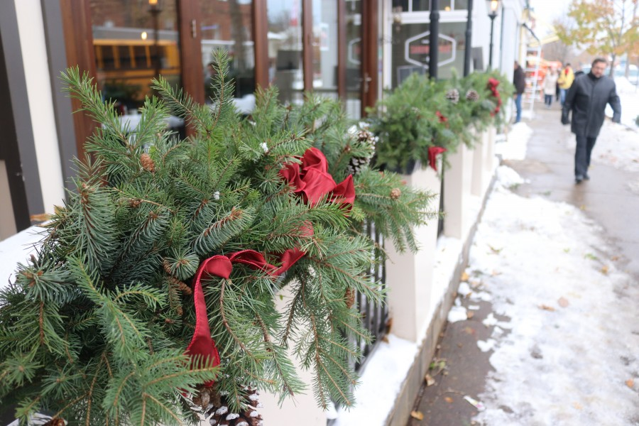 Decorations were put up in front of several downtown businesses. (Dariya Baiguzhiyeva/Niagara Now)