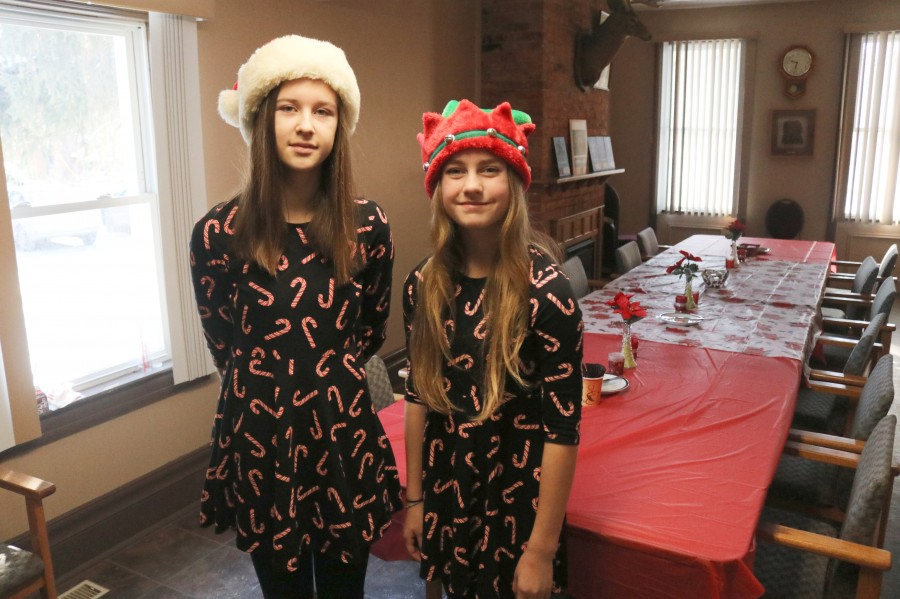 Tori Ellah and Emma Tee helped out at the bazaar. (Dariya Baiguzhiyeva/Niagara Now)