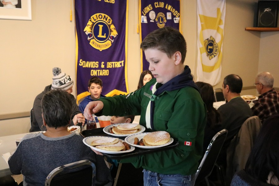 Kallan Hillis serves up some fresh pancakes. (Dariya Baiguzhiyeva/Niagara Now)