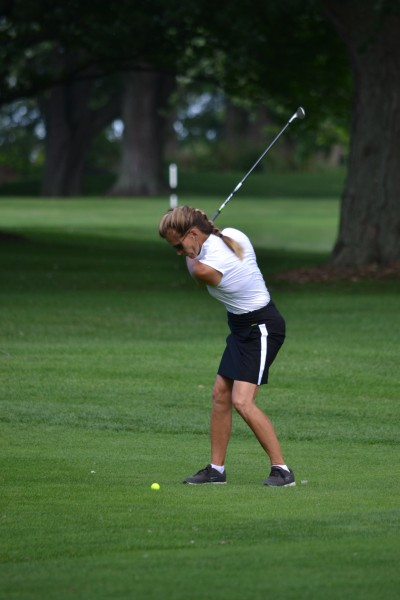 Louise Robitaille hits her approach shot on the par 4 17th hole. (Kevin MacLean/Niagara Now)
