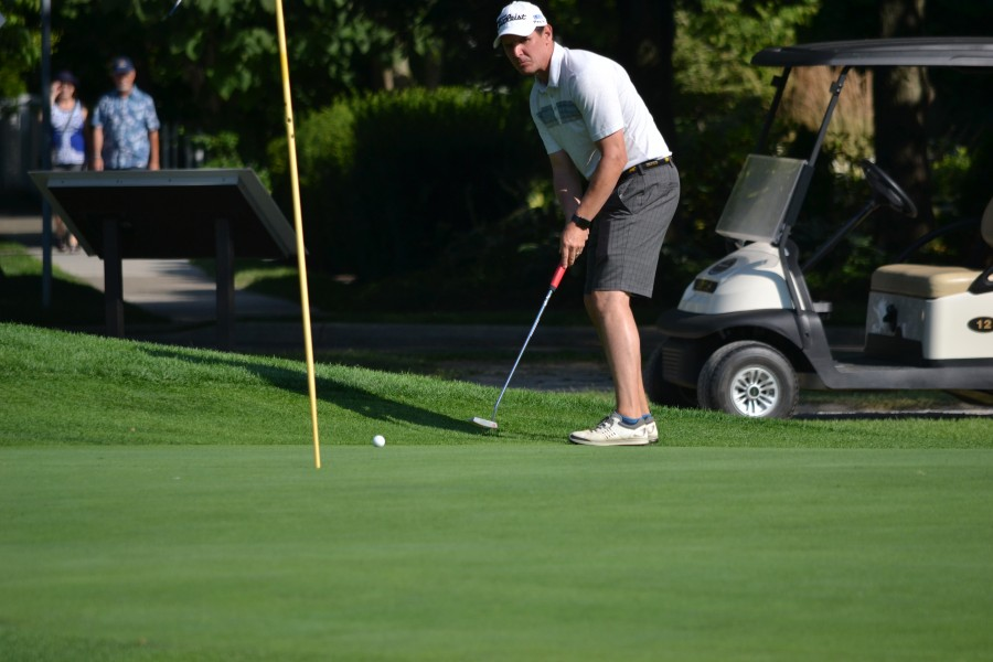 Sean Simpson watches his birdie putt attempt on the 18th hole. (Kevin MacLean/Niagara Now)
